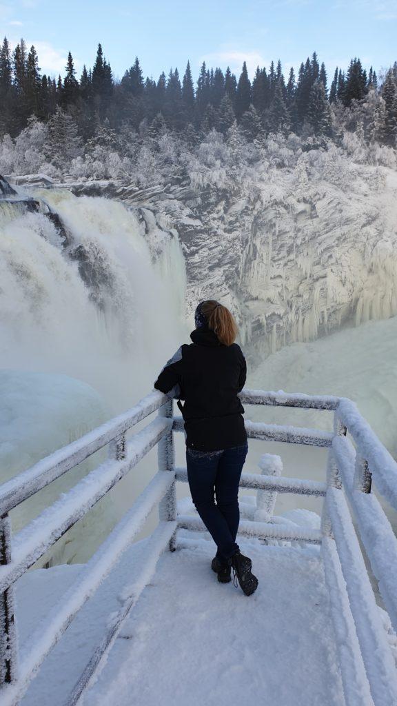 Julia am Wasserfall in Schweden