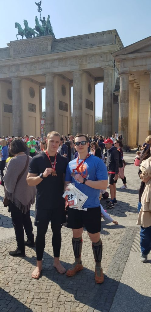 Brandenburger Tor, Team Chris Cross, Medallie, Berlin Halbmarathon, barfuß, CEP, Skinners